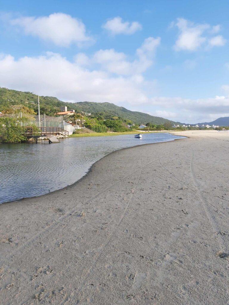 Praia de Ponta das Canas no norte de Florianópolis